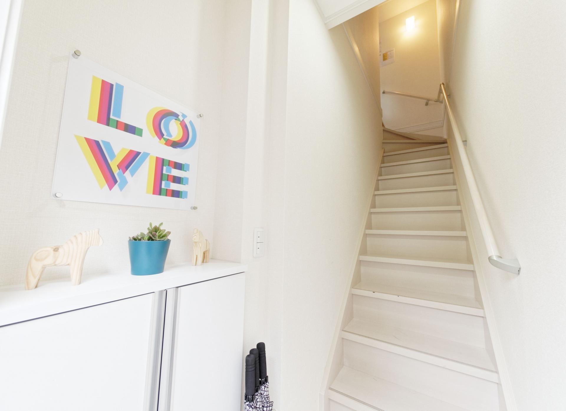 風水で玄関に階段がある家の運気を高める方法教えます