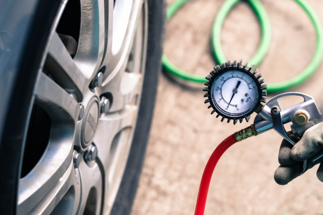 車のタイヤ〜空気入れの方法や頻度、注意点は?!