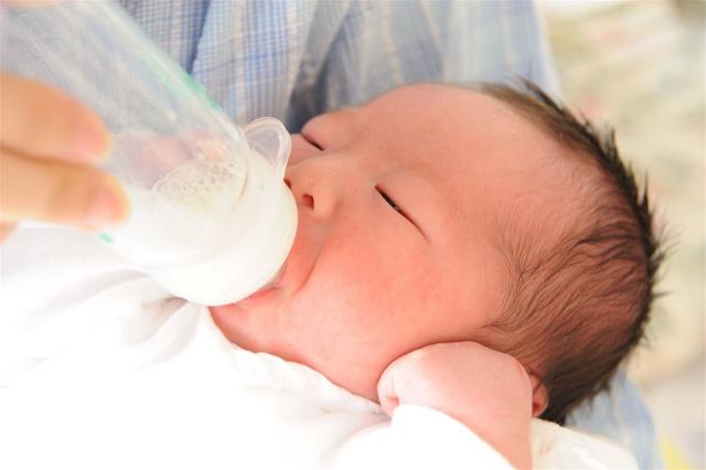 赤ちゃんがミルクをよく吐くのはなぜ?【生後6ヶ月頃】
